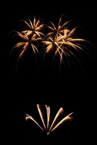 Zur Kirchweih sind schöne Brokat-Effekte in Verbindung mit blauen Spitzen und dazu mit Untermalung von goldenen Feuertöpfen gern gesehen.