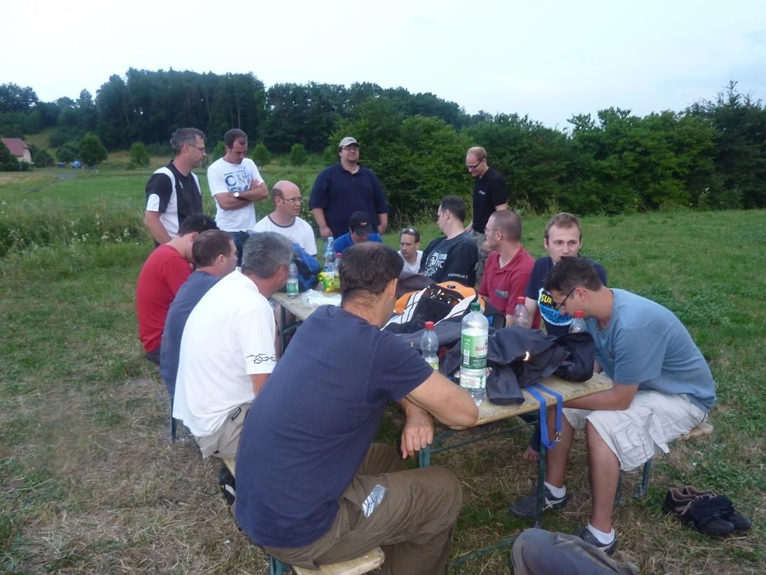 Warten auf den Start des Feuerwerks in geselliger Workshop-Teilnehmer-Runde
