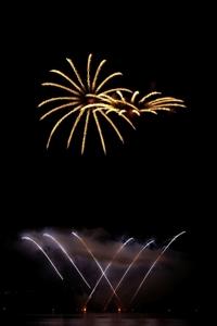 Goldene Sterne und silberne Kometen im Musikfeuerwerk zum Dorffest oder Jubiläum.